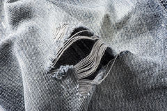 Detail des Lochs in den Blue Jeans Stockfotografie