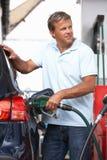 Detail des männlicher Kraftfahrer-füllenden Autos mit Diesel stockbilder