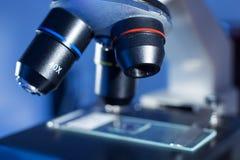 Detail des Mikroskopzooms auf einem Labor Lizenzfreie Stockbilder