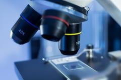 Detail des Mikroskopzooms auf einem Labor Lizenzfreie Stockfotografie