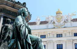 Detail des Monuments zu Kaiser Franz I gegen das Hofburg herein Stockfoto