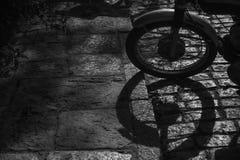Detail des Rades eines Motorrads und seines Schattens lizenzfreies stockbild