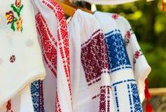 Detail des rumänischen traditionellen handgemachten Kostüms Stockfoto