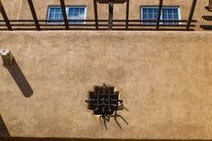 Detail des rustikalen südwestlichen Stuckgebäudes mit vigas und Eisen arbeiten Stockfotografie