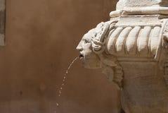 Detail des Sandsteinbrunnens mit Wassertropfen Lizenzfreie Stockfotografie