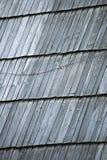 Detail des schützenden hölzernen Schindels auf Dach Stockfoto