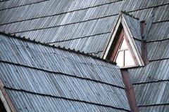 Detail des schützenden hölzernen Schindels auf Dach Stockbild