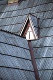 Detail des schützenden hölzernen Schindels auf Dach Stockbilder