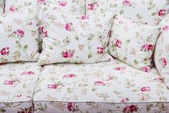 Detail des Sofas mit Rosenblumenweinleseverzierung Stockbild