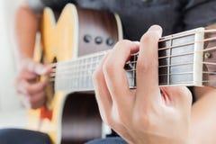 Detail des Spielens der Akustikgitarre lizenzfreie stockfotos