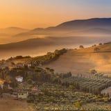 Detail des toskanischen Dorfs im Morgen-Nebel Lizenzfreie Stockfotos