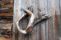 Detail des traditionellen Holzgriffs auf Blockhaus-Tür Lizenzfreie Stockfotografie