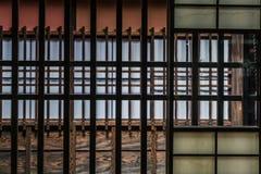 Detail des traditionellen japanischen hölzernen Fensterrahmens Stockfotografie