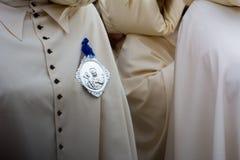 Detail des trditional Kleides eines christlichen Confraternitymitgliedes Stockfotos