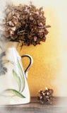 Detail des Vase mit getrockneten Hortensien lizenzfreie stockfotografie