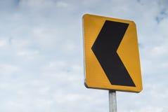 Detail des Verkehrssignalisierens nach links anzeigend Lizenzfreie Stockfotografie