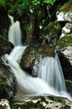 Detail des Wasserfalls in der wilden schottischen Natur Stockbild