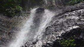 Detail des Wassers abfallend vom Felsen stock video footage