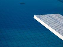 Detail des weißen Brettes des Swimmingpools im Freien stockfotografie