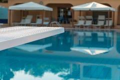 Detail des weißen Brettes des Swimmingpools im Freien lizenzfreie stockfotografie