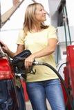 Detail des weiblicher Kraftfahrer-füllenden Autos mit Diesel stockbild