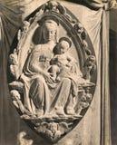 Detail des Weinlese-Foto-1880-1930 des Flachreliefs durch Antonio Rossellino, der Madonna darstellt Stockfoto