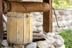 Detail des Ziehbrunnens mit hölzernem Eimer Lizenzfreie Stockfotos