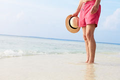 Detail die van de Hogere Mens zich in Overzees op Strandvakantie bevinden Royalty-vrije Stock Foto's