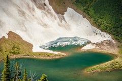 Detail die van gletsjer in meer bij Acamina-randsleep vallen, Waterton-Meren NP, Canada Stock Afbeeldingen