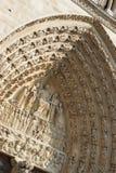 Detail die van gravures boven deur, Notre Dame Cathedral Paris, Frankrijk ingaan stock foto's