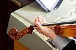 Detail die van viool door kindmusicus worden gespeeld Royalty-vrije Stock Fotografie