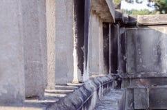 Detail einer alten historischen Betonmauer in einem Park in der Sommersonne Stockfotos