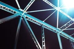 Detail einer Brücke mit Straße für Autos nachts Viele Lichter vorbei Lizenzfreie Stockbilder