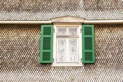 Detail einer Fassade mit Schindeln und des Fensters mit Fensterläden Stockfotos