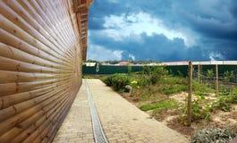 Detail einer Hausmauer mit dem angrenzenden Gebiet Lizenzfreies Stockfoto