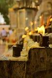 Detail einer Kerze, die an einem buddhistischen Tempel Bangkoks brennt lizenzfreie stockbilder