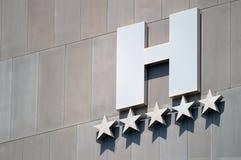 Detail einer Luxushotelfassade mit fünf Sternen Lizenzfreie Stockfotos
