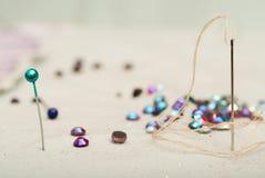 Detail einer Nadel mit Thread im Arbeitsraumschneider Stockfotografie