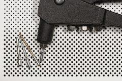 Detail einer Nietpistole - Handnieteneinschläger Stockbilder