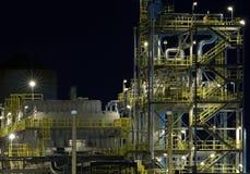 Detail einer Raffinerie nachts 2 Stockbild