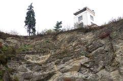 Detail einer Ruine von ein Barrandov-Terrassen von der Unterseite Lizenzfreie Stockfotos