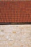 Detail einer Steinwand und der Dach-Fliesen Lizenzfreies Stockbild
