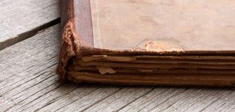 Detail eines alten Buches auf einem Holztisch Lizenzfreie Stockbilder