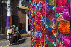 Detail eines bunten Gewebes, das von den lokalen Leuten in einem Straßenmarkt in der Stadt von Chichicastenango weared, in Guatem Lizenzfreie Stockfotografie
