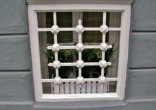 Detail eines Fensters mit einem Weißgitter Povoa de Varzim, Portugal lizenzfreie stockbilder