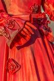 Detail eines Frauenrotes gekleidet Stockbilder