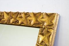 Detail eines geschnitzten und goldenen Holzrahmens stockfoto