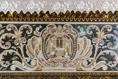 Detail eines geschnitzten und handgemalten hölzernen Altars lizenzfreies stockbild