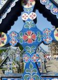 Detail eines hölzernen Kreuzes verziert vom berühmten fröhlichen Kirchhof von Sapanta in Rumänien stockbild