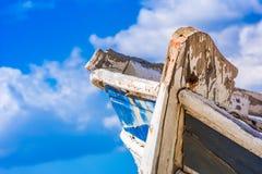 Detail eines hölzernen Schiffbruchs mit bewölktem Hintergrund des blauen Himmels lizenzfreie stockfotos